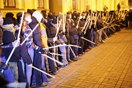 Самооборона на Михайловской. Фото: Дмитрий Ларин, УП