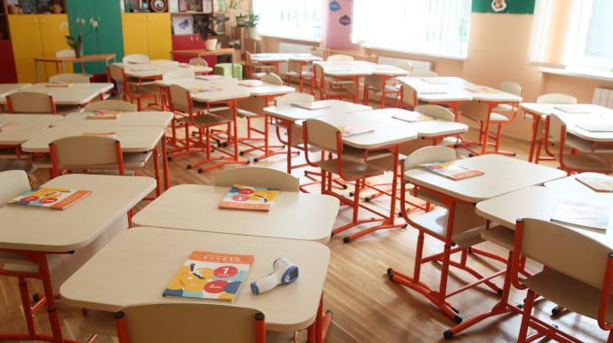 В Умані вчителі та батьки протестують проти закриття шкіл