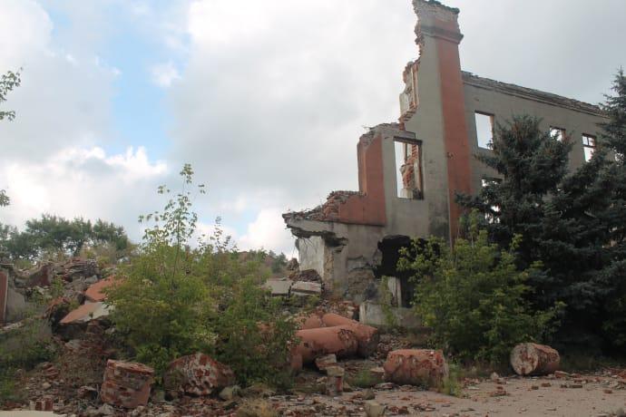 Завалена колонада адмінбудівлі колишньої шахти змушує замислитись: це все впало від обстрілу, чи від забутості?