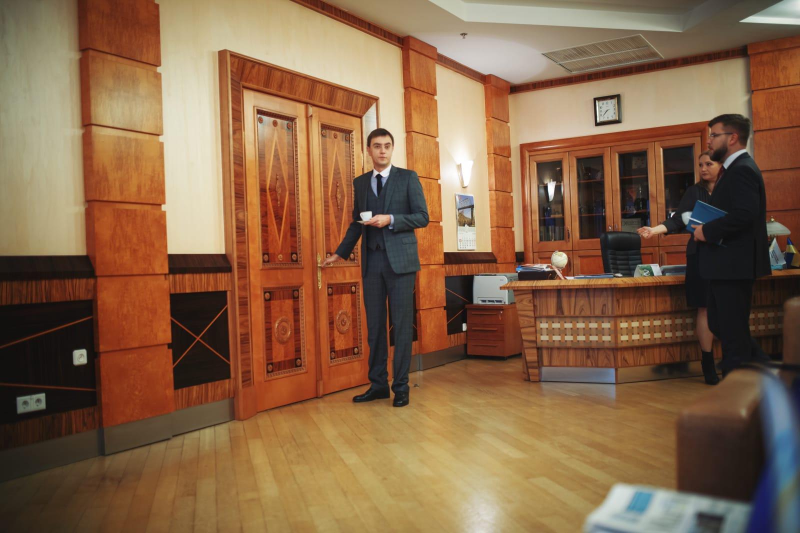 Ранок міністр починає з кави і цигарки. Поруч – перший заступник міністра Євген Кравцов