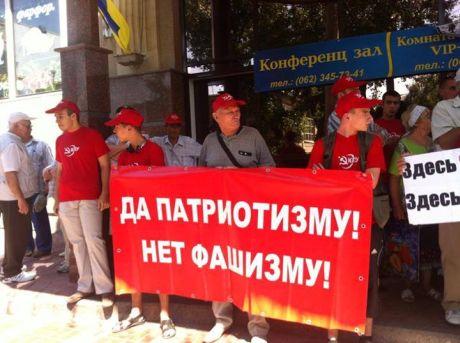Комуністи заблокували Фаріон вхід до готелю у Донецьку з транспарантами. Фото Новости.dn
