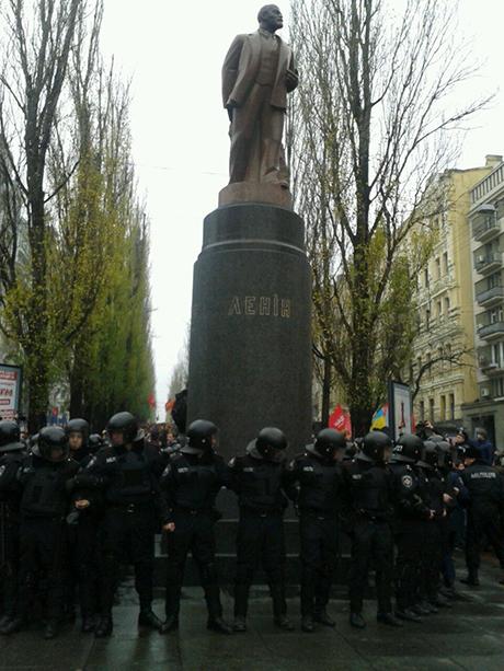 Милиция окружила памятник Ленину. Фото с Twitter ВО Свобода