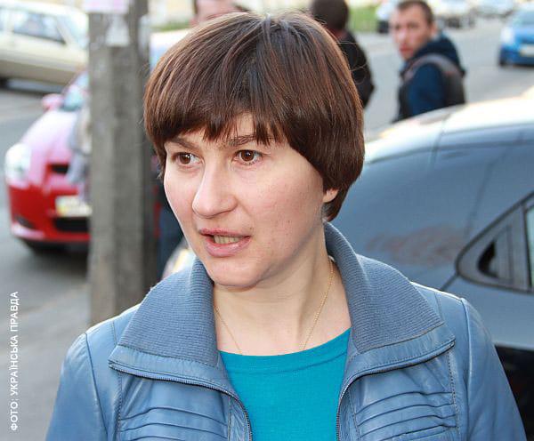 Наталія Катеринчук пише заяву в міліцію. Фото УП