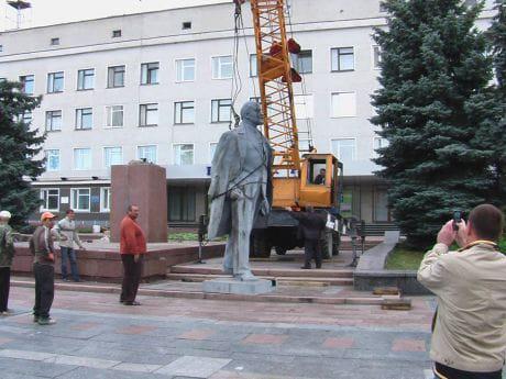 У Новоград-Волинському демонтували Леніна. Фото Свободи