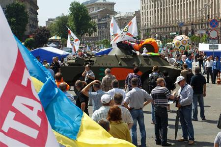 БТР в центре Киева. Фото Дмитрия Ларина