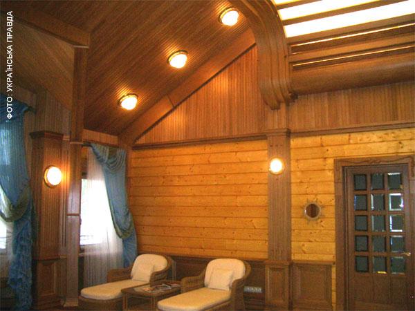 Охотничий домик Януковича - 35 комнат и все из дерева (фото, видео)