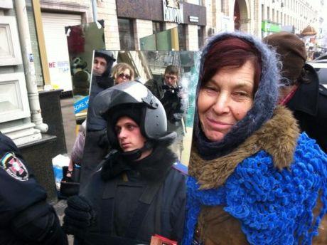 Наталья Палийчук из Тернопольской области держит зеркало перед милицией