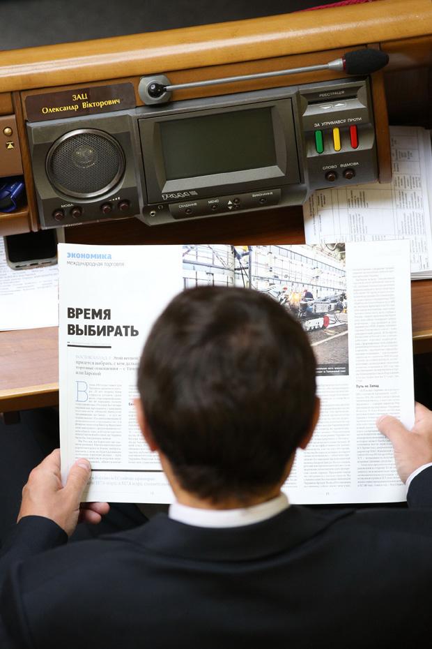 В зале депутаты читали газеты