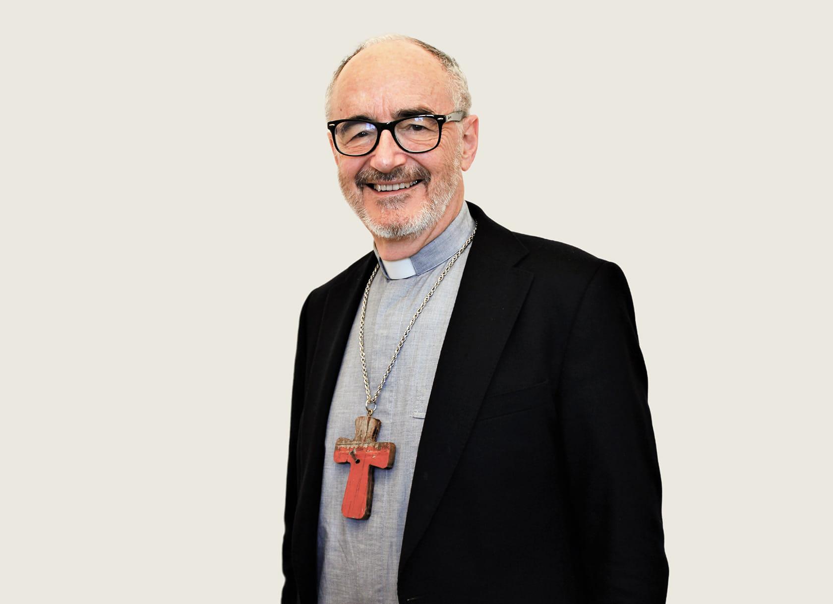 Кардинальский хрест - символ достоїнства сану - Майкл Черні попросив зробити з частини човна, на якому біженці прибули на італійський острів Лампедуза. ФОТО НАДАНЕ З ОСОБИСТОГО АРХІВУ