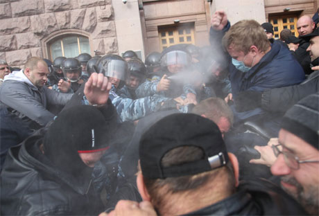 Беркутовец применяет газ под Киевсоветом. Фото Дмитрия Ларина, УП