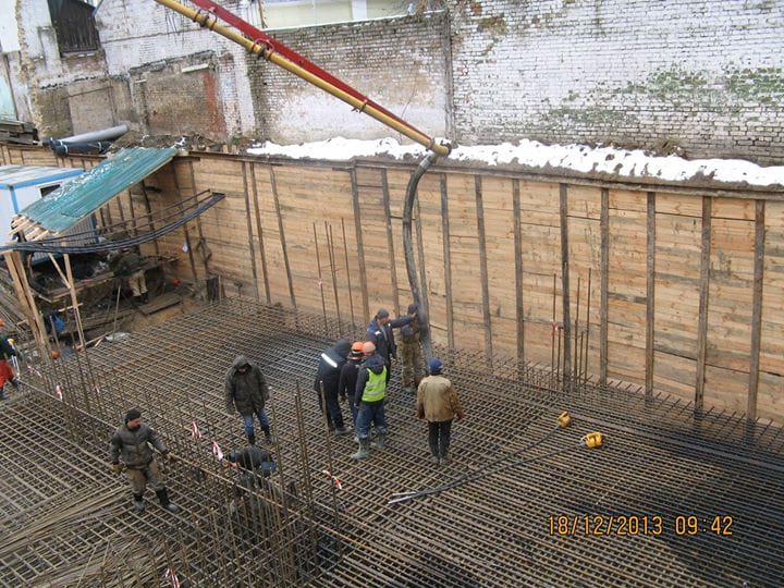 Робітники заливають бетоном фундамент палацу князя Володимира