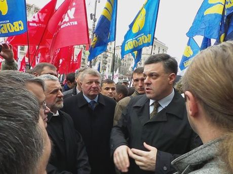 Тягнибок ждет Кличко и Яценюка, чтобы идти в Киевсовет. Фото Александра Аронца
