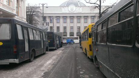 Вулицю Грушевського перекрили автобусами. Фот Оксани Денисової