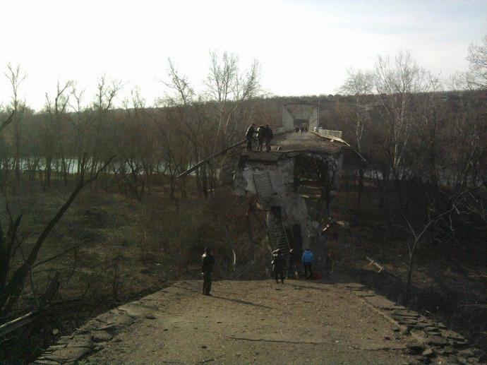 Наслідки підриву мосту між Луганськом і Станицею Луганською 19 березня 2015 року