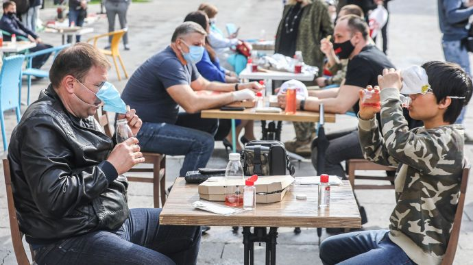 Кабмин разрешил гулять группами до 8 человек и сидеть за столиками ...
