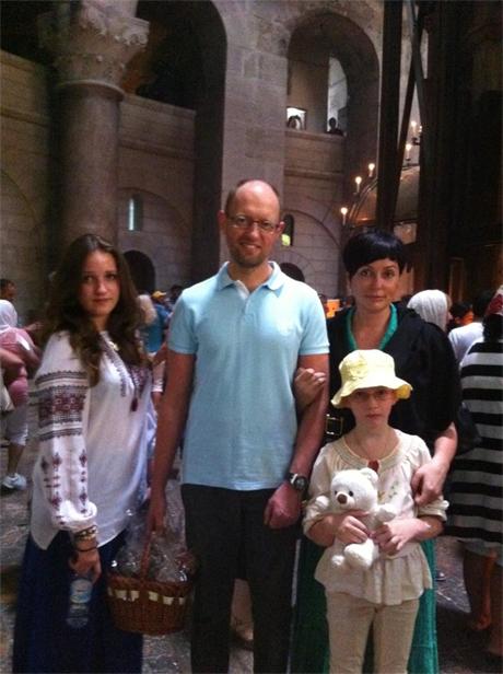 Яценюк з родиною у Храмі Гроба Господнєго. фото з Facebook Яценюка