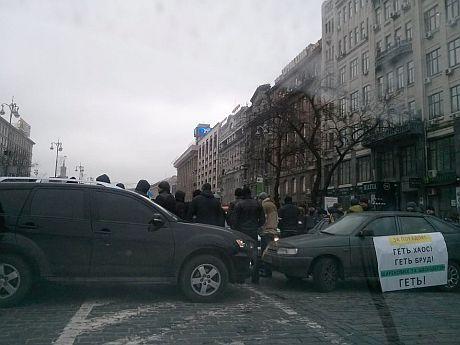 Автомайдановцев на Европейской площади окружили «титушки антиавтомайдана», чтобы обеспечить проезд кортежа Януковича. Фото Александра Кравцова