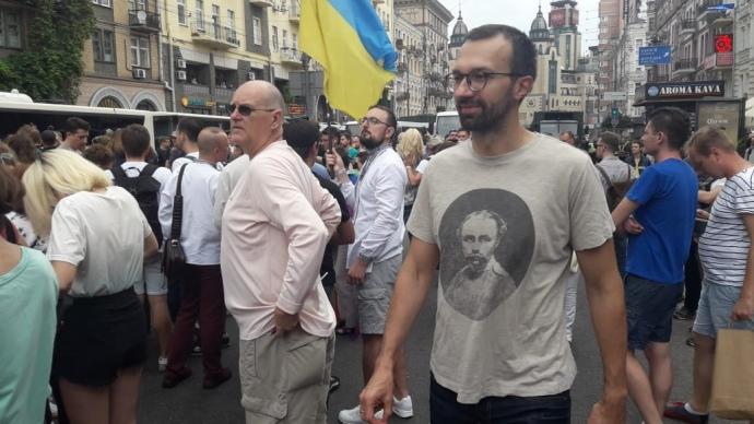 В марше принимает участие нардеп Сергей Лещенко