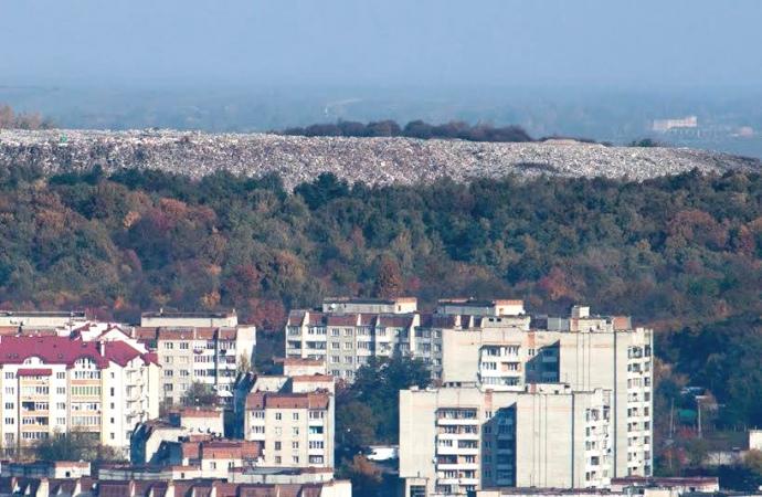 Грибовицьке сміттєзвалище — вигляд з Замкової гори, найвищої точки Львова