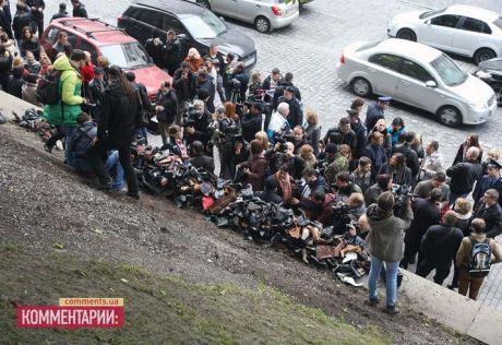 ВІЛ-інфіковані завалили Азарова ношеним взуттям