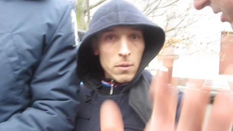 Невідомий заважав свободівцям передати провокатора міліції. Фото видання Прочерк