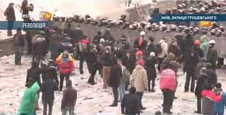 Активісти підійшли до силовиків