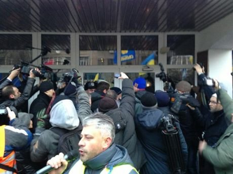 Депутатів не пустили до міністра Захарченка. Фото Аронця