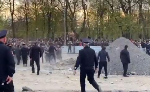 bd2e01f 1 - В России противники карантина во время митинга закидали камнями ОМОН