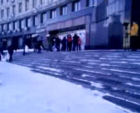 Активісти збирають сніг у мішки та блокують входи до ОДА та мерії. Скрін-шот трансляції