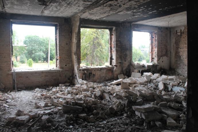 За два роки сміття з розбитої танком будівлі міськради досі не вивезли. Зайти сюди може кожен — будівля не огороджена та не охороняється