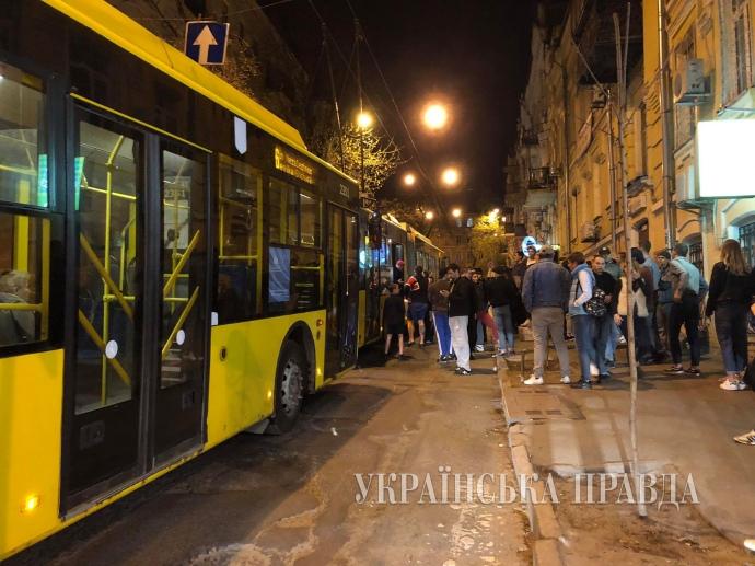 Поножовщина втроллейбусе поставила науши весь Киев: фото сместа события
