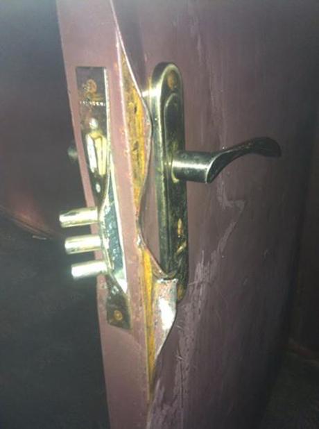 Склад вскривали силою, працював спецпідрозділ Сокіл. На фото - двері складу. Фото Андрія Іллєнка