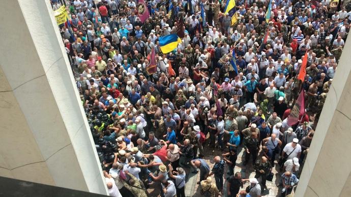 В Киеве афганцы и шахтеры пытаются штурмовать Верховную раду