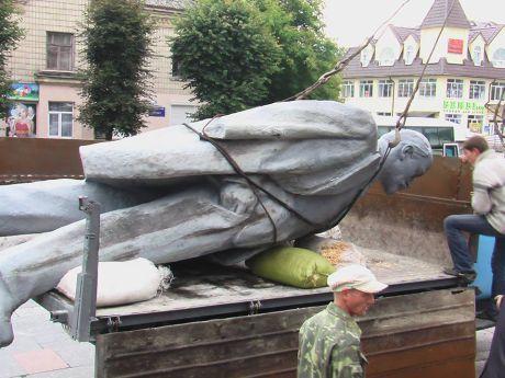 Леніна прибрали із центральної площі
