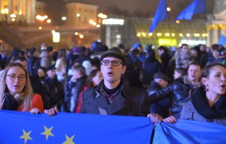 Люди, що прийшли підтримати євроінтеграцію України співають гімн. Фото - Михайла Петяха