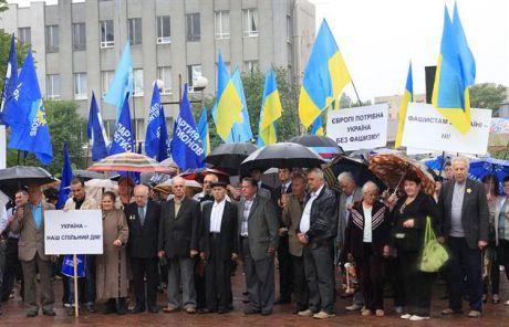 Антифашистський мітинг регіоналів у Ужгороді не обійшовся без адмінресурсу