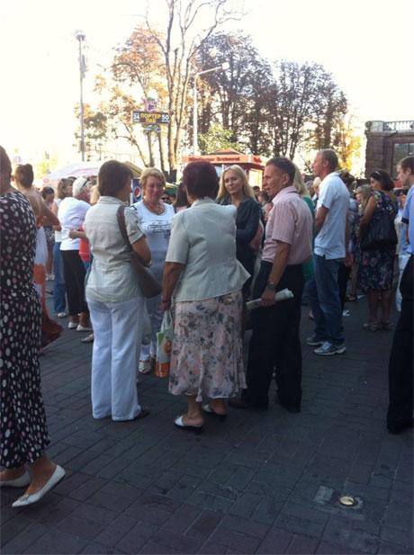 Бюджетники збираються під метро Хрещатик. Фото Тетяни Ніколаєнко