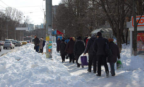 Люди шли на работу пешком