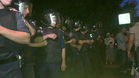 Противостояние под Святошинским райотделом милиции. Фото: Андрей Ковалев