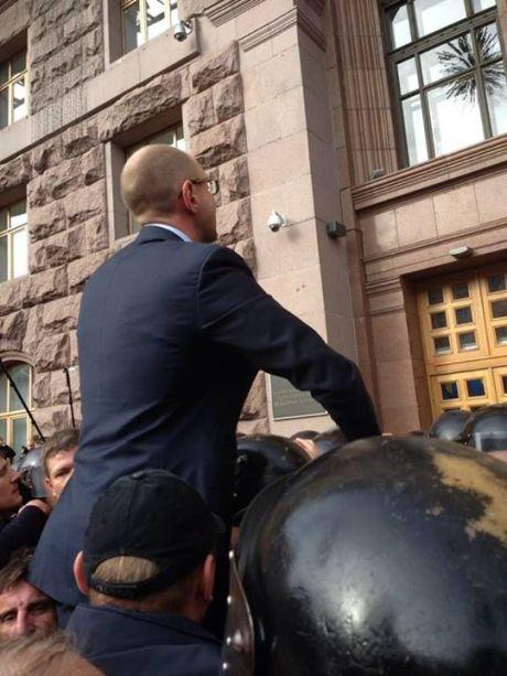Яценюк та депутати штурмують Київраду. Фото Ольга Лаппо