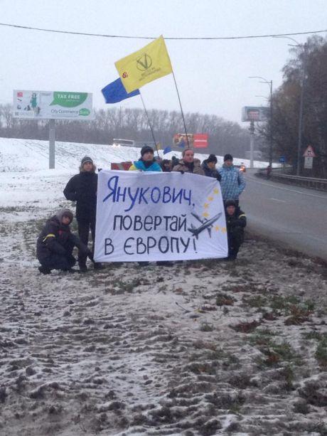 Кортеж Януковича пікетують на шляху до Борисполя