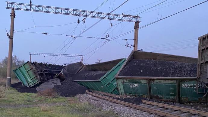 Вантажний потяг зійшов з рейок у Кривому Розі: хтось пошкодив колії |  Українська правда