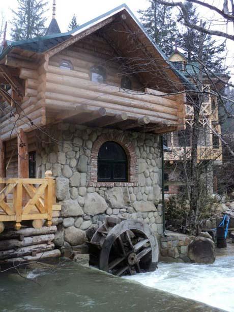 Ющенко в Карпатах строит замок
