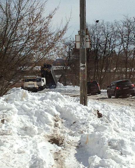 В Кадетском Гае грузовики сбрасывают снег на обочину. Фото из Facebook Коберник