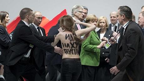 Путин и Меркель атаковали активистки