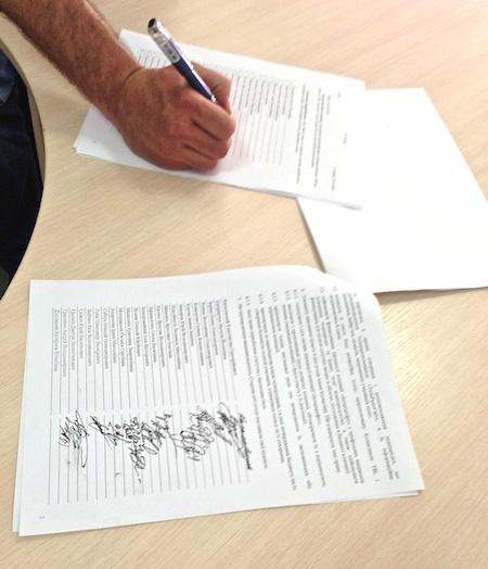 Подписи журналистов под соглашением о передаче акций. Фото Украинской правды