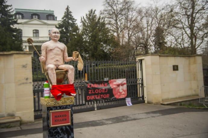 В Праге у посольства РФ поставили голого Путина на золотом унитазе |  Украинская правда