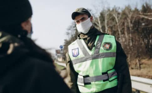 С 6 апреля в Украине запрещается ходить без документов и более чем по двое