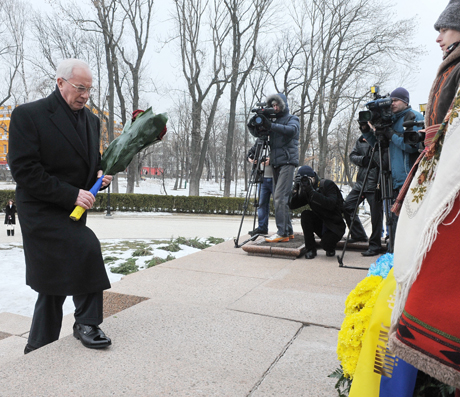 Азаров возлагает цветы к памятнику Шевченко. Фото с сайта правительства
