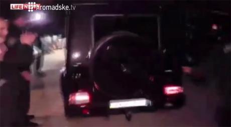 Тимошенко залишили територію лікарні у Харкові представницьким кортежем з 3х машин. Стоп-кадр з прямої трансляції